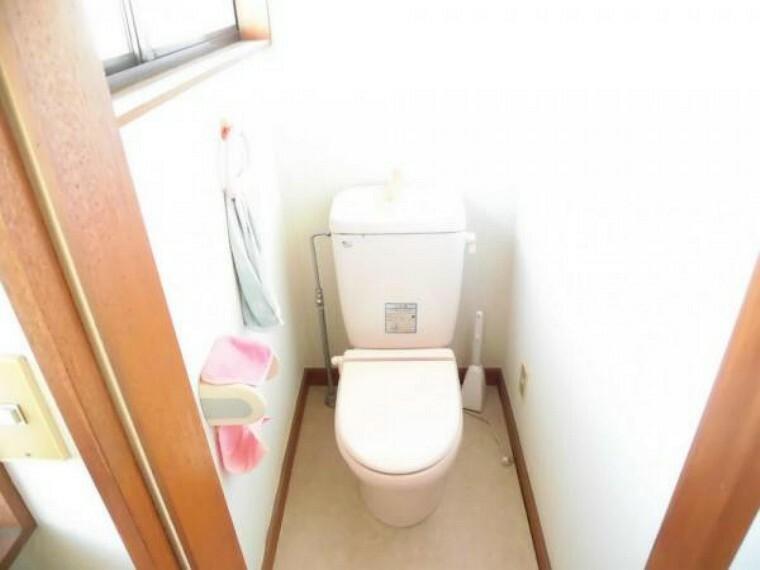 トイレ (リフォーム前)2階にもトイレがあります。1階と同仕様のTOTO製ウォシュレットに新品交換します。朝の順番待ちのイライラも解消です。クロス・クッションフロア張替、LED照明交換します。