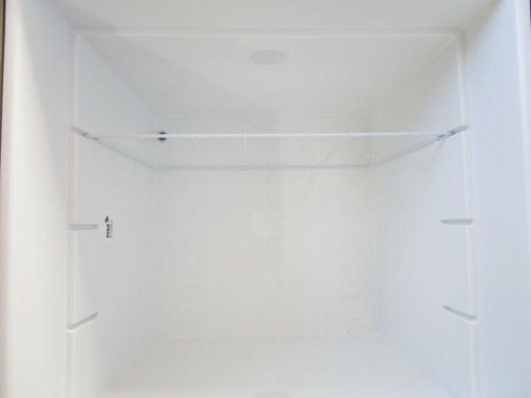 専用部・室内写真 【同仕様写真】キッチンの床下収納を新品交換します。お手製のお漬物やお酒類の保管に便利です。収納庫を上に上げれば床下の状態が点検できます。内覧の際はぜひご覧になってください。