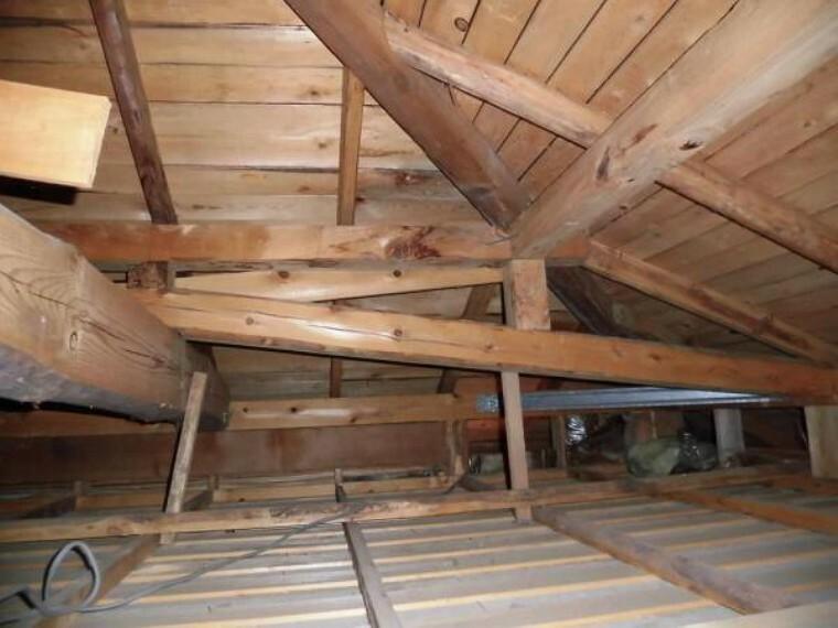 構造・工法・仕様 屋根裏も点検しております。雨漏れや小動物の生息、残置物がないかチェックしています。断熱材も敷き詰められています。2階の収納内にある点検口からいつでも見ることができるのでご安心ください。