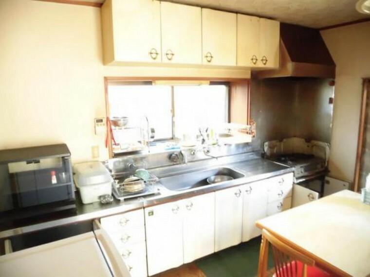 キッチン (リフォーム前)既存のキッチンを撤去してハウステック製の新品のシステムキッチンが入ります。
