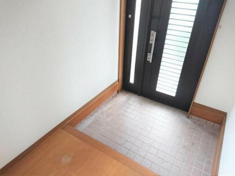 玄関 リフォーム中 玄関 玄関ホールはクロスを貼り替え、フローリングを重ね張りします。●●製の新品のシューズボックスを設置しますので、ご家族みんなの靴もスッキリ片付きますね。