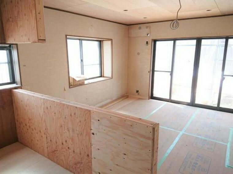 居間・リビング リフォーム中 1階南側14帖リビング  天井・壁クロス張替、床フローリング重ね張り、照明器具交換、エアコン1台設置、火災報知機設置。 キッチンは対面式に変更しますので、リビングで遊ぶお子様を眺めながらお料理ができます。