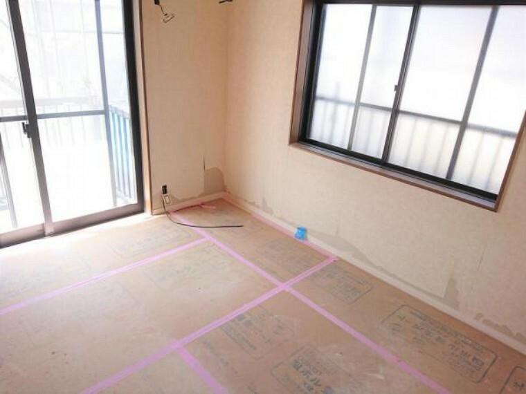 リフォーム中 2階南西側6帖洋室 床フローリング重ね張り・壁クロス張替・照明器具交換・火災報知機設置。 南の窓からはポカポカ陽光たっぷりで明るくあたたかい室内です。家族の分だけお部屋の使い方も様々。