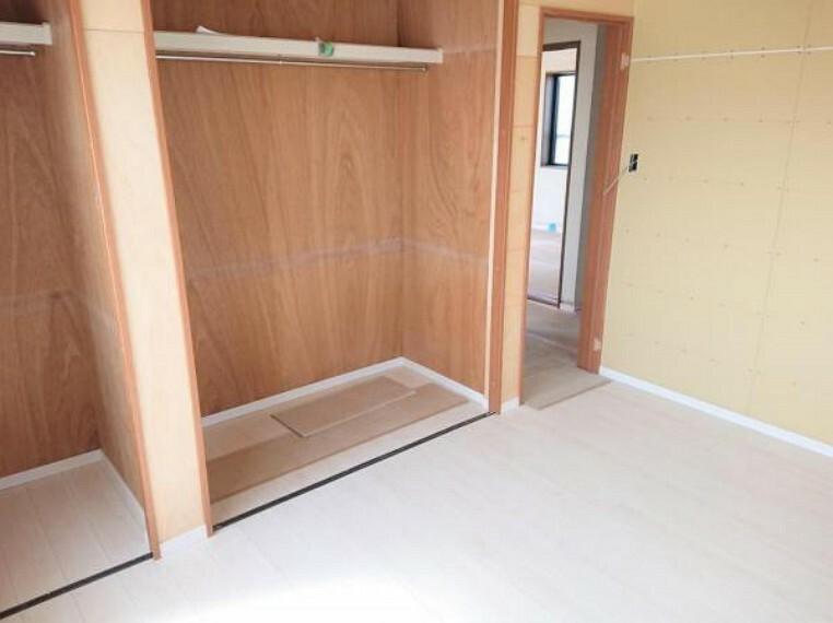 リフォーム中 2階北東側6帖洋室 和室6帖から洋室6帖に変更 畳1.5畳分のクローゼットに変更、ハンガーポールの上にも物をしまっておけます。扉を折れ戸にしてあるのでぎりぎりまで家具を置くことができます。