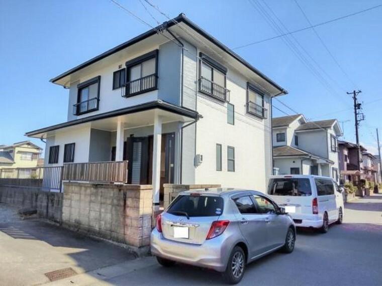外観写真 リフォーム中 外観別角度  屋根と外壁は塗装し直して、明るい住宅に生まれ変わります。 駐車スペースを拡張しますので、4台まで駐車できます。