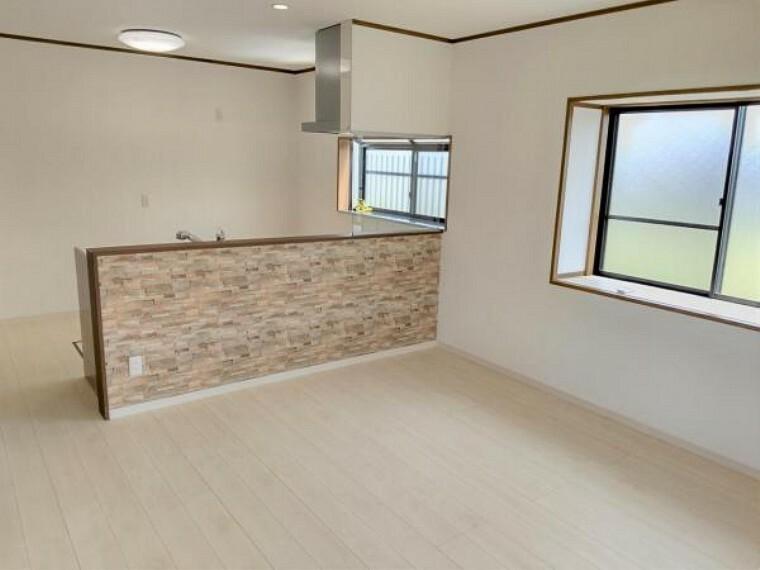 居間・リビング リフォーム済 1階南側14帖リビング  天井・壁クロス張替、床フローリング重ね張り、照明器具交換、エアコン1台設置、火災報知機設置。 キッチンは対面式に変更しましたので、リビングで遊ぶお子様を眺めながらお料理ができます。