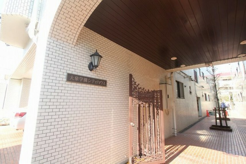 玄関 都心部へ好アクセス 豊かな住環境