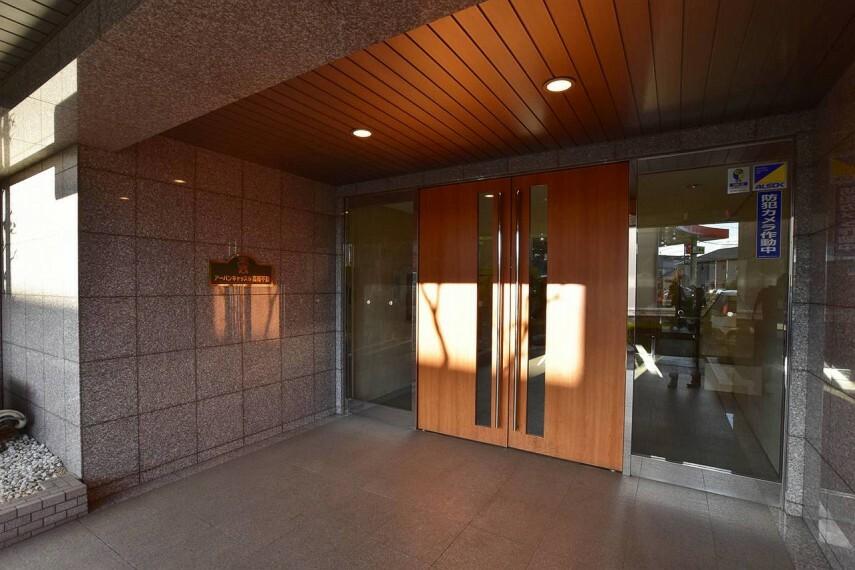エントランスホール エントランスは重厚感のある造りで、お客様にも好評です。