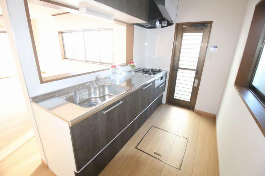 キッチン 新品交換されたシステムキッチン!床下収納もあります