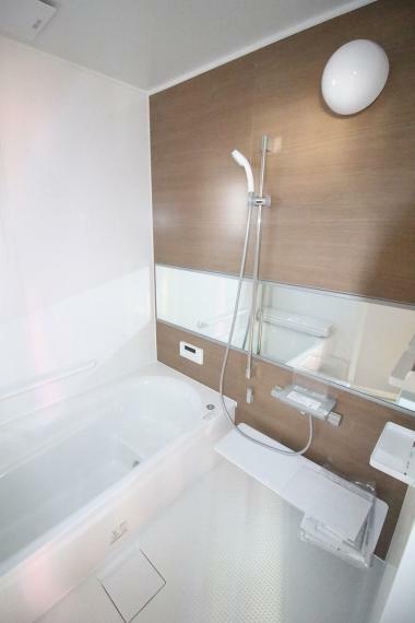 浴室 やさしい配色のお風呂!ゆったり入れますね