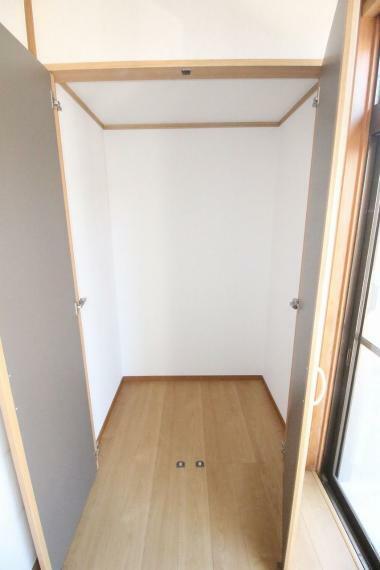 和室 広縁にも物入あります、収納は多い方が良いですね!