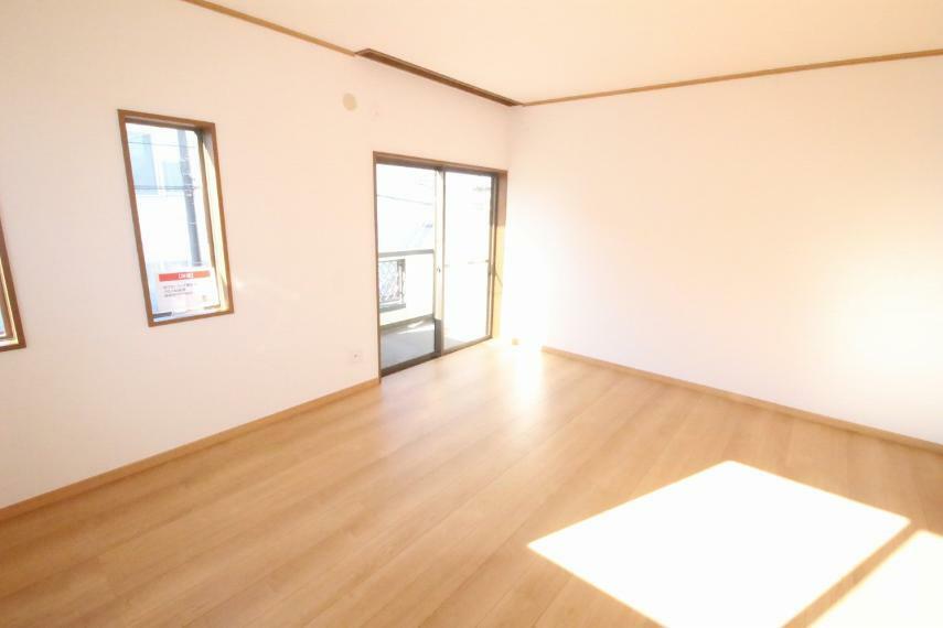 洋室 2階東側洋室、10帖です!どの部屋も日当たり良好!