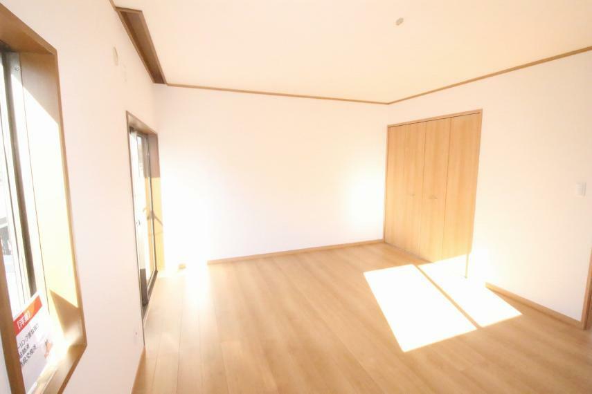 洋室 2階各居室に大きめのクローゼットが付いています!