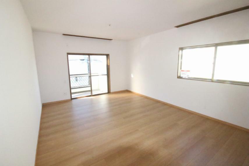 洋室 2階西側洋室は、バルコニーに続くお部屋です