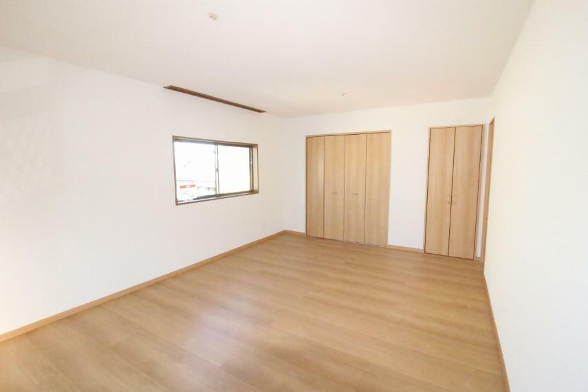 洋室 2階西側洋室12帖です、とても広いお部屋で明るいです