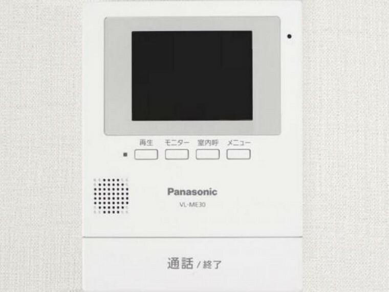 【同仕様写真】新しく設置するドアホンはカラーモニター付き。(設置場所)に設置のモニターで玄関にいらしたお客様を確認してから応対できます。留守中の来客も記録できるので防犯面でも安心ですね