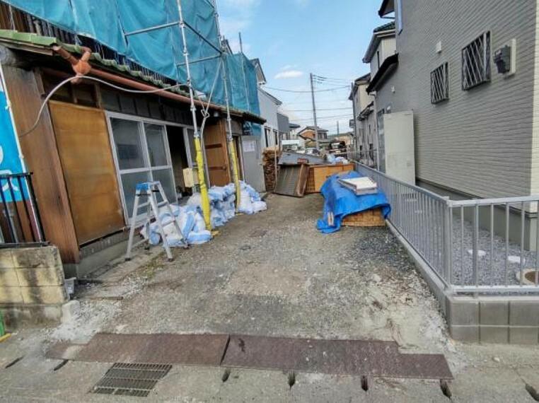 駐車場 【リフォーム中4/5撮影】駐車場の写真です。門塀は撤去し砂利引きを行い、縦列2台駐車可能です。すっきりとした印象の駐車場に生まれ変わりますよ。