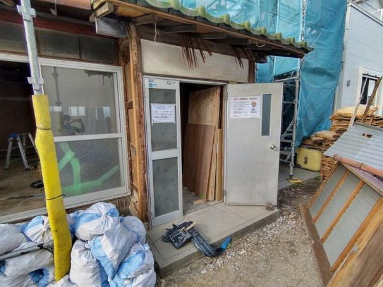 玄関 【リフォーム中4/5撮影】玄関扉の写真です。既存の扉は撤去し、新品の玄関扉に交換します。お家の顔とも呼ばれる玄関扉が新しいと、毎日が新鮮な気持ちで過ごせますよ。