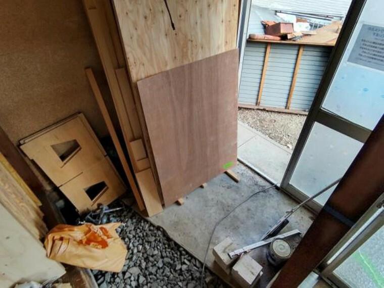 玄関 【リフォーム中4/5撮影】玄関ポーチの写真です。既存のシューズボックスは撤去し新品交換します。クロス張替え、照明交換をし、明るくほっこりと心温まる玄関に生まれ変わります。