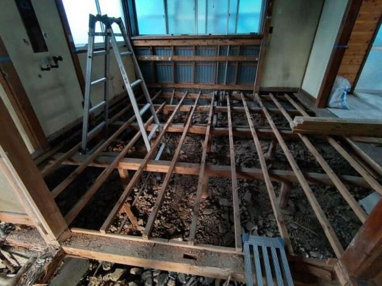 キッチン 【リフォーム中4/5撮影】キッチンの写真です。既存のキッチンは撤去します。これからハウステック製のシステムキッチンを新設予定です。傷のつきにくい人工大理石の天板と大きなシンクでお手入れもラクラクですね。