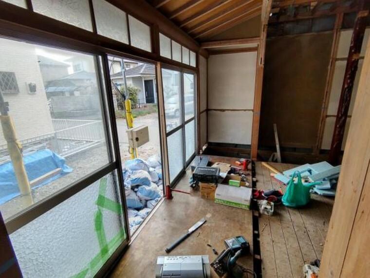 【リフォーム中4/5撮影】1階和室の写真です。床張替え、建具交換、照明交換を行い、明るくすっきりしたLDKを作成予定です。南側の窓から暖かい陽射しが差し込みますよ。