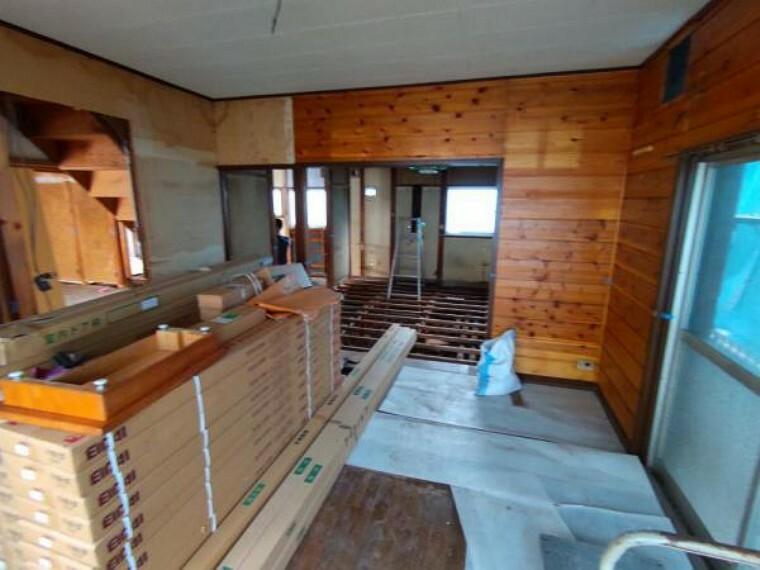 【リフォーム中4/5撮影】1階和室南側の写真です。床張替え、建具交換、照明交換を行い、間取変更でリビングを作成予定です。家族一家団らんで過ごせる空間に生まれ変わりますよ。