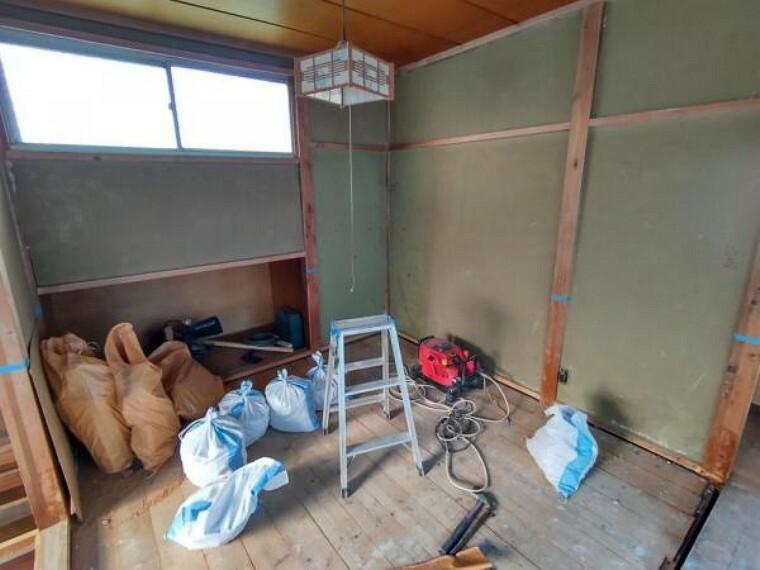 【リフォーム中4/5撮影】1階和室の写真です。床張替え、建具交換、照明交換を行い、明るくすっきりした空間に生まれ変わりますよ。
