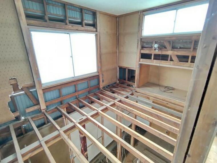 【リフォーム中4/5撮影】2階洋室の写真です。床重ね張り、建具交換、、クロス張替え、照明交換を行います。明るくすっきりした空間に生まれ変わります。南側に面していますので、暖かい陽射しが差し込みますよ。