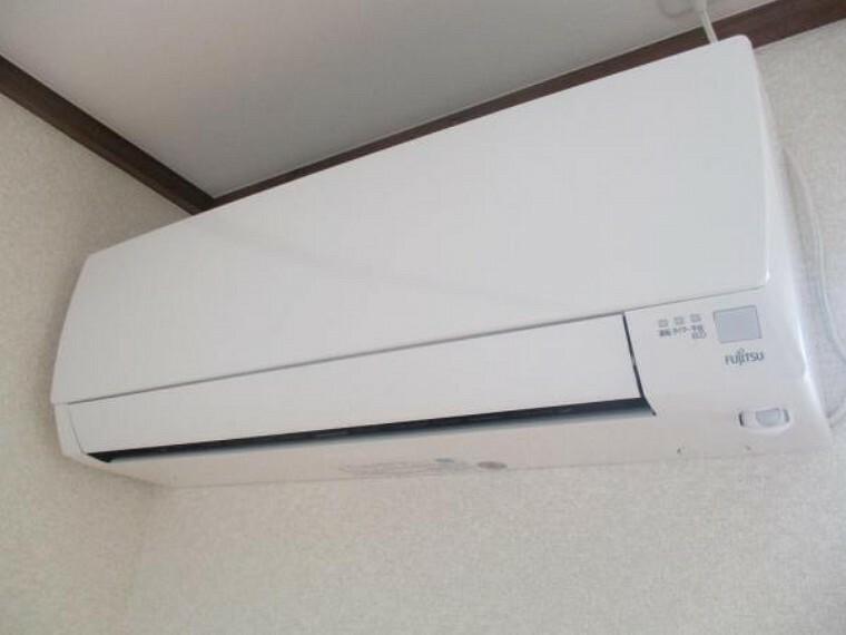 専用部・室内写真 【リフォーム済】これから始まる新生活を快適にサポートしてくれる、新品のエアコンを設置予定です。お引っ越しの際に家電の買い替えをご検討のご家族も、エアコン1台分の費用が浮いて嬉しいですね。