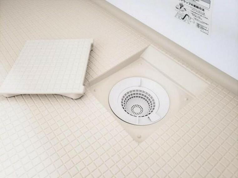 専用部・室内写真 【リフォーム済】新品の排水口は、凹凸が少なく、汚れが落としやすい形状なのでお掃除がラクラク。さらにトラップカバーを開けて見える部分すべてが抗菌・防カビ効果を持つ樹脂で、ぬめりやカビ汚れの増殖を抑えます。