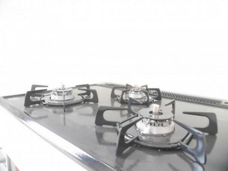 専用部・室内写真 【リフォーム済】コンロは3口あり大きなお鍋を置いても困らない広さです。ワンタッチ着火で火力調整もレバーでできます。ワークトップは熱や汚れに強いエンボス加工でうっかり吹きこぼしてもお掃除ラクラク。