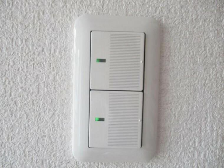 専用部・室内写真 【リフォーム済】照明スイッチは全てワイドタイプに交換予定。毎日手に触れる部分なので気になりますよね。新品できれいですし、見た目もオシャレで押しやすいです。細かな気になる箇所までリフォームします。
