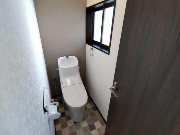 トイレ 【リフォーム済】リクシル製の温水洗浄付便器に新品交換します。天井・壁はクロス貼り換え、床はクッションフロアに張替えます。清潔感のあるトイレに仕上がります。
