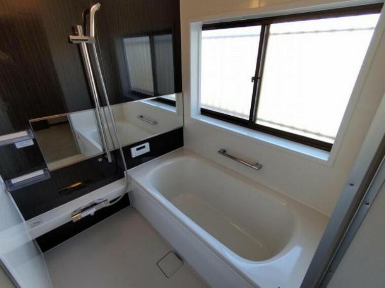 【リフォーム済】浴室は新品のハウステック製ユニットバスに交換。心地よい入浴を可能にした形状の浴槽は安全面を考慮し床に凹凸が付いています。広々1坪タイプでのんびり入浴でき、一日の疲れを癒せますよ。