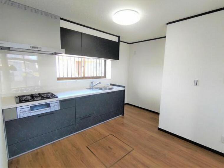 居間・リビング 【リフォーム済】キッチンは永大産業性の幅2550mmタイプに交換。収納もたっぷりできる引出し式2段収納です。シンクにはワイヤーポケットが付いてまな板や洗剤、スポンジ等の片付けに便利です。