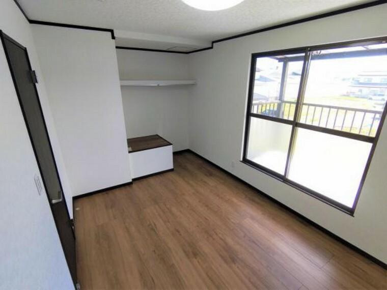 【リフォーム済】2階東側和室は6帖洋室のに変更。天井、壁はクロスに張替、床は永大産業製のフローリングに張替します。お子さんのお部屋にいかがでしょうか