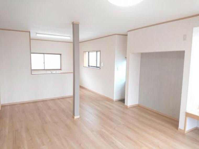 居間・リビング 【リフォーム済】台所と南東側の和室をつなげてLDKへ間取り変更しました。家族が自然と集まる温かく明るい空間へ生まれ変わりました。