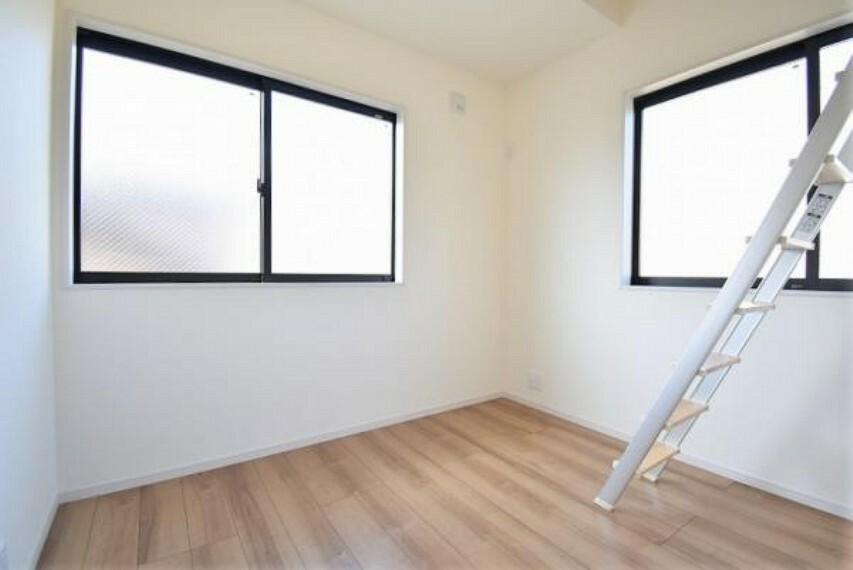 4.5帖の洋室!2方向から光が降り注ぎます!