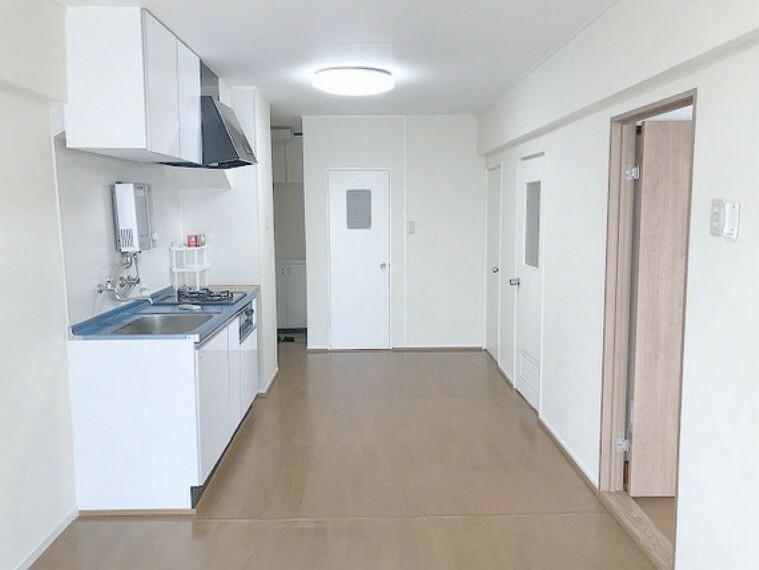 居間・リビング 【LDK11.5畳】南側バルコニーからの日差しがあり、明るいリビングです。
