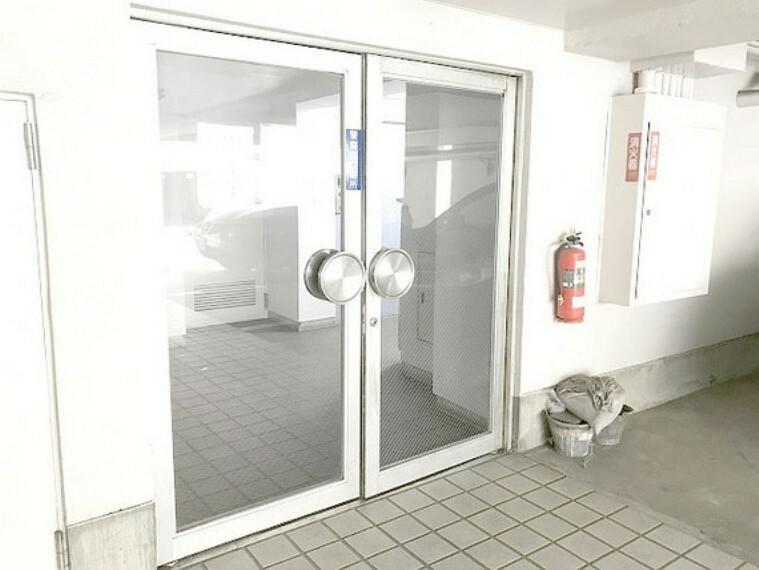 外観写真 【エントランス】入り口は全面ガラス張りです。
