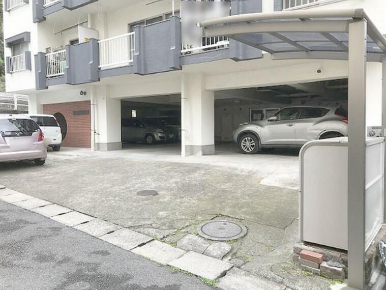 駐車場 【駐車場】エントランス入り口に駐車場あり。令和2年4月時点空き有り。