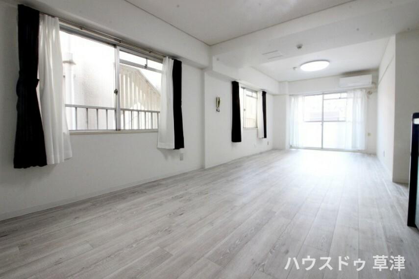 居間・リビング ホワイトを基調としたフローリング、クロスが清潔感溢れる空間を創り出します。