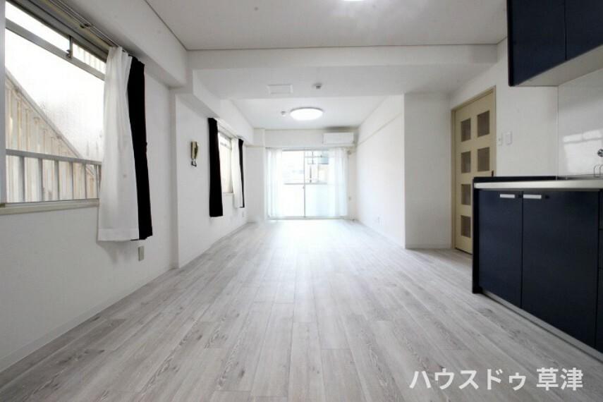 居間・リビング 角住戸ですので、LDKには3面から心地よい光が射し込みます。