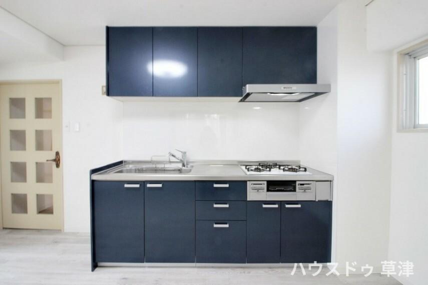キッチン モダンなカラーのキッチンです。上部に収納がございますので、すっきりとした空間を保つことができそうですね。