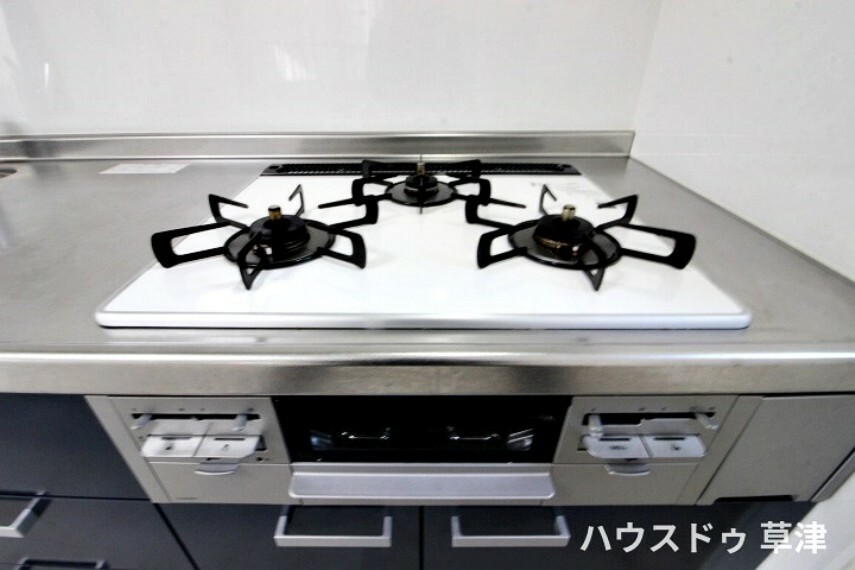 キッチン 3口コンロとグリルのあるキッチンです。 対応する調理器具が多いのも魅力の一つですね。