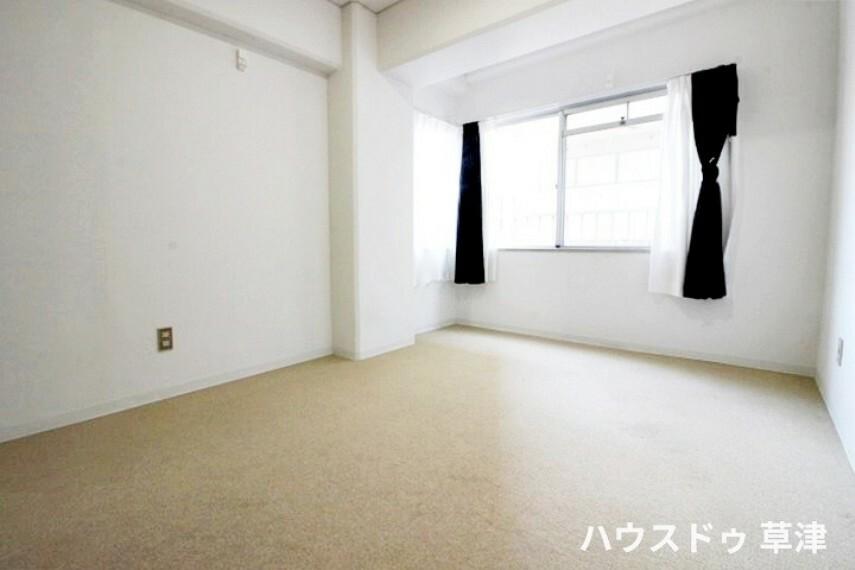 洋室 約6.3帖の洋室です。収納がございますので、すっきりとした空間を保つことができそうですね。