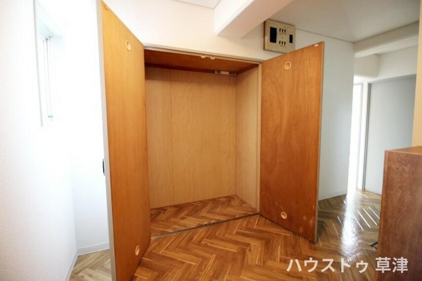 収納 玄関には、シューズボックスとこちらの収納がございます。外出時に着るアウターなどの収納にもぴったりですね。
