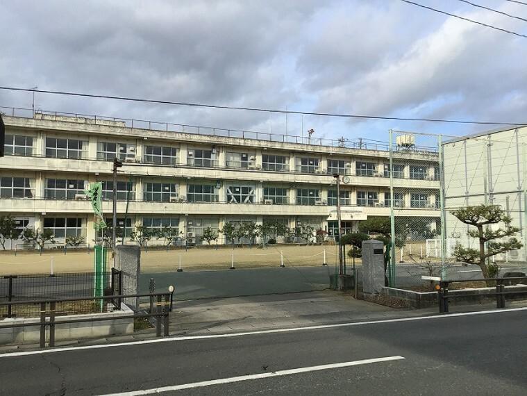 小学校 徒歩13分(1000m) (2020年12月撮影)