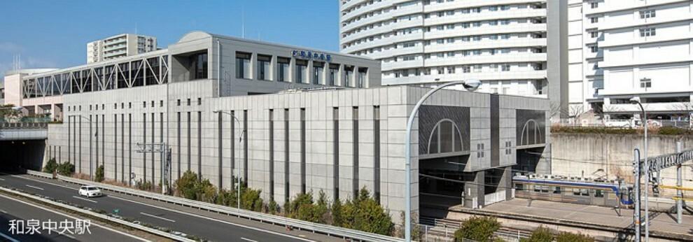 泉北高速鉄道「和泉中央駅」より南海バス「南松尾はつが野学園前」停留所まで13分、徒歩1分