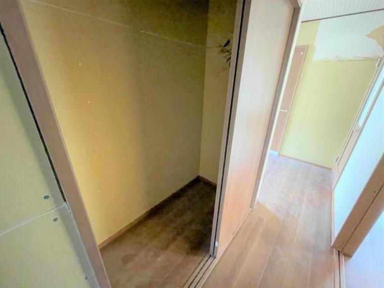 収納 【リフォーム中4/22更新】LDK前の廊下収納です。これから折り戸がつく予定です。廊下に大き目の収納があるといろいろなものがしまえて便利です。